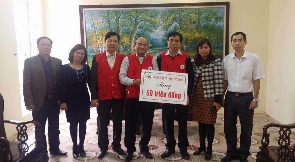 Ông Ngô Tiến Dụng, UVBTV TƯ Hội Chữ thập đỏ Việt Nam, Chủ tịch Hội Chữ thập đỏ thành phố trao tặng quà tới Hội Chữ thập đỏ tỉnh Vĩnh Phúc