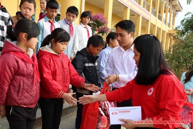 Hội Chữ thập đỏ quận Cầu Giấy tặng quà học sinh nghèo vượt khó