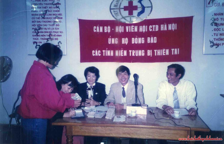 Cán bộ Hội viên Hội CTĐ Hà Nội ủng hộ đồng bào các tỉnh miền trung bị thiên tai